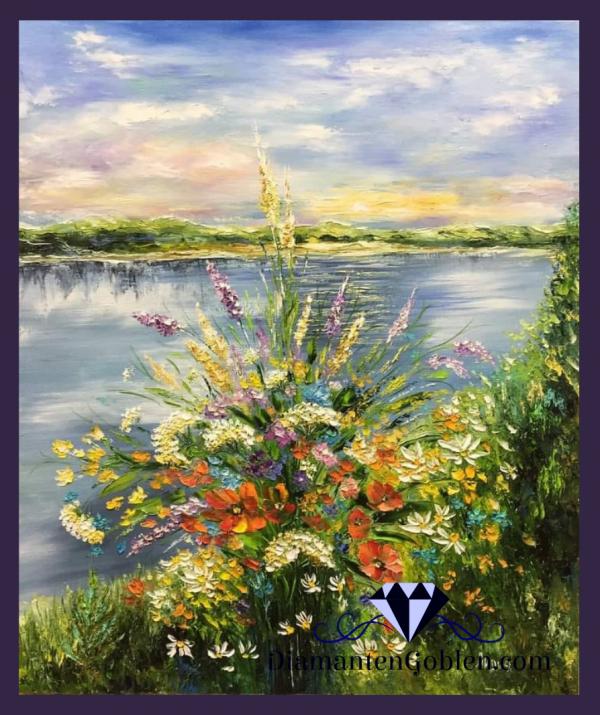 Букет горски цветя на фона на езеро,пейзаж
